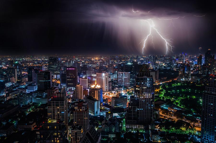 フリー写真 バンコクの夜の街並みと落雷の風景