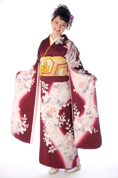 フリー写真 振袖姿の日本人女性の全身ショット