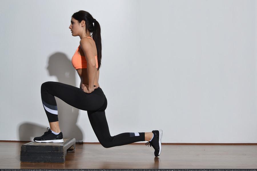 フリー写真 踏み台を使ってトレーニングする外国人女性