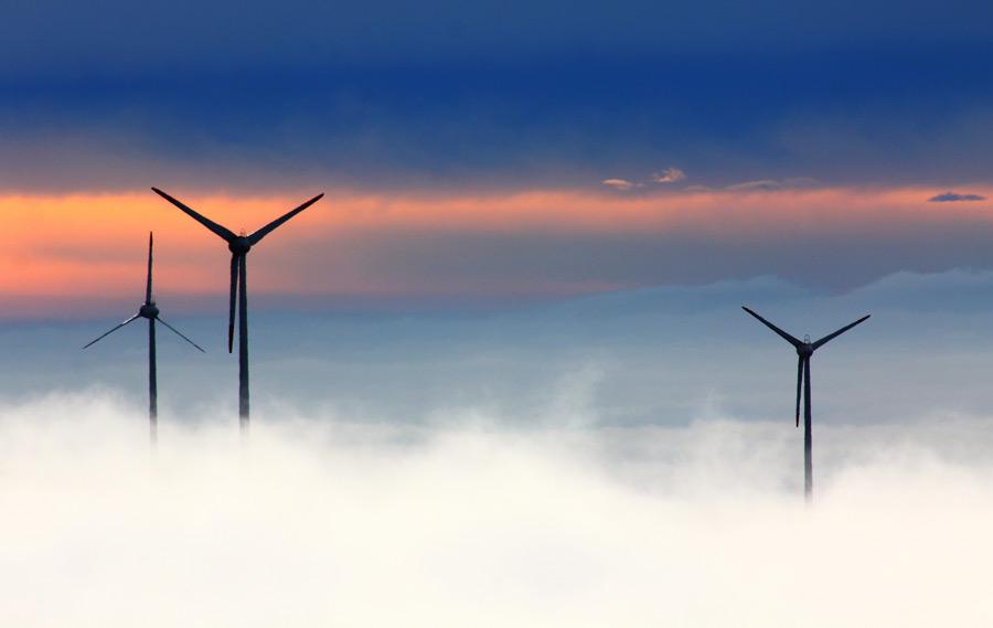 フリー写真 雲と風力発電機