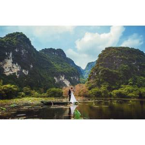 フリー写真, 人物, カップル, 花婿(新郎), 花嫁(新婦), 結婚式(ブライダル), 二人, キス(口づけ), 愛(ラブ), 人と風景, 人と乗り物, 船, 手漕ぎボート, 池, 山, ベトナムの風景