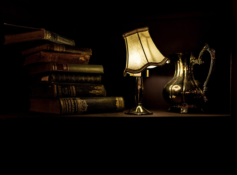 フリー写真 スタンドライトと本と水差し