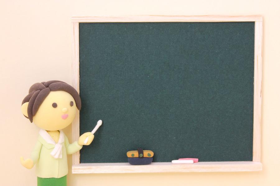 フリー写真 黒板と女性教師の人形