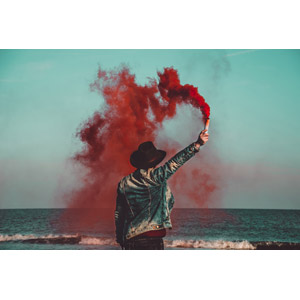 フリー写真, 人物, 後ろ姿, 発煙筒, 煙(スモーク), 帽子, カウボーイハット, 海, SOS(助けて)