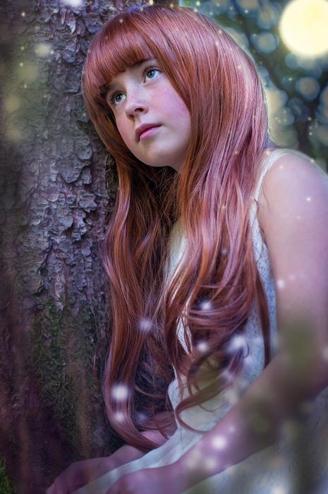 フリー写真 光の玉と木に寄りかかる外国の女の子