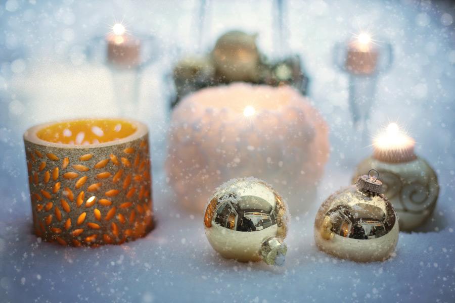 フリー写真 クリスマスオーナメントと雪