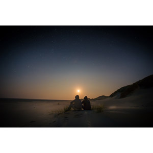 フリー写真, 風景, 人と風景, 後ろ姿, 座る(地面), フード, 砂浜(ビーチ), 夕暮れ(夕方), 夕焼け, 夕日, 星(スター), オランダの風景, テルスヘリング