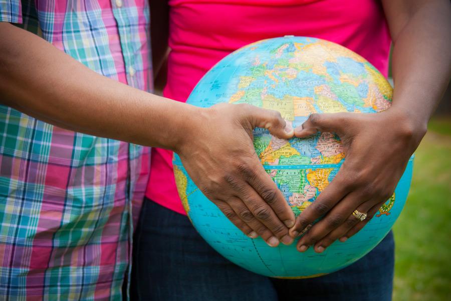 フリー写真 地球儀とハートを作る手