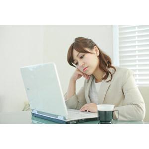 フリー写真, 人物, 女性, アジア人女性, 女性(00095), 日本人, 職業, 仕事, ビジネス, ビジネスウーマン, OL(オフィスレディ), レディーススーツ, パソコン(PC), ノートパソコン, デスクワーク, やる気のない