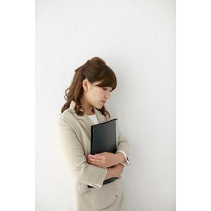 フリー写真, 人物, 女性, アジア人女性, 女性(00095), 日本人, 職業, 仕事, ビジネス, ビジネスウーマン, OL(オフィスレディ), レディーススーツ, 落ち込む(落胆), 失望(絶望), 失敗, 書類ファイル