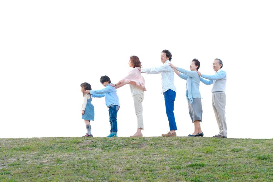フリー写真 肩に手を乗せてつながる三世代家族