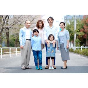 フリー写真, 人物, 家族, 親子, 三世代家族, 祖父(おじいさん), 祖母(おばあさん), 父親(お父さん), 母親(お母さん), 娘, 息子, 子供, 祖父(00010), 祖母(00011), 女性(00018), 男性(00019), 男の子(00020), 女の子(00021)