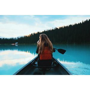 フリー写真, 人物, 女性, 外国人女性, 後ろ姿, 人と乗り物, 乗り物, 船, カヌー(カヤック), 湖, レイク・ルイーズ, カナダの風景