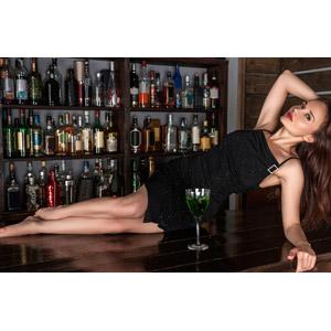 フリー写真, 人物, 女性, 外国人女性, 女性(00115), ドレス, 横たわる, 酒場(バー), 飲食店, 飲み物(飲料), お酒, カクテル