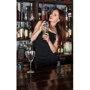 フリー写真, 人物, 女性, 外国人女性, 女性(00115), 酒場(バー), 飲食店, 飲み物(飲料), お酒, シェイカー(シェーカー), ドレス, ウインク