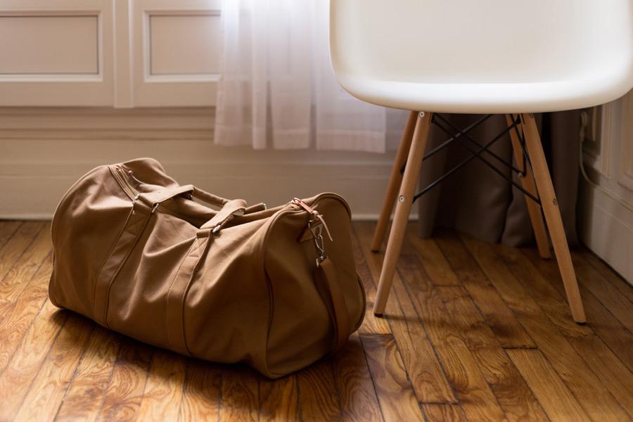 フリー写真 椅子と床に置かれたボストンバッグ