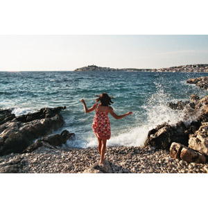 フリー写真, 人物, 女性, 後ろ姿, 人と風景, 海岸, 海, 波しぶき