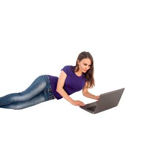 フリー写真, 人物, 女性, 外国人女性, 女性(00115), 家電機器, パソコン(PC), ノートパソコン, 横たわる, Tシャツ, ジーンズ(ジーパン), 白背景
