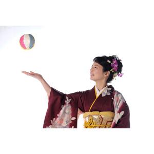 フリー写真, 人物, 女性, アジア人女性, 日本人, 女性(00047), 和服, 着物, 正月, 1月, 紙風船, 白背景, 玩具(おもちゃ)