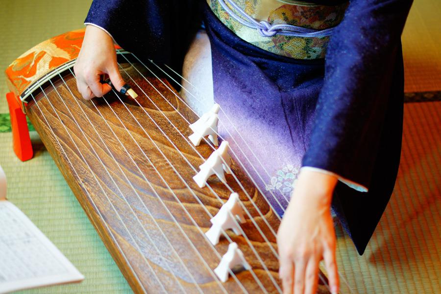 フリー写真 着物姿で和琴を弾く女性の手元