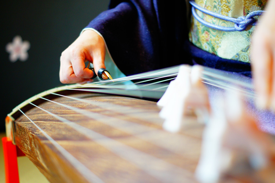 フリー写真 着物姿で和琴を演奏している女性の手元