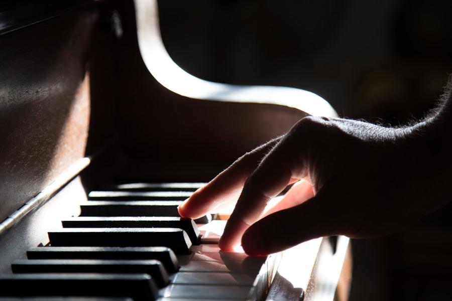 フリー写真 ピアノを弾く手