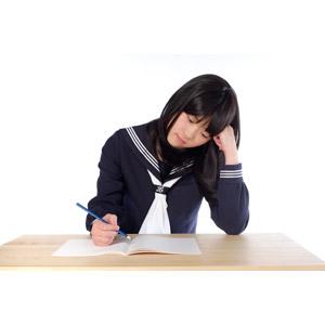 フリー写真, 人物, 少女, アジアの少女, 日本人, 少女(00048), 学生(生徒), 高校生, セーラー服(学生服), 学生服, 勉強(学習), 悩む, 考える, 困る, 鉛筆(えんぴつ), ノート, 受験生