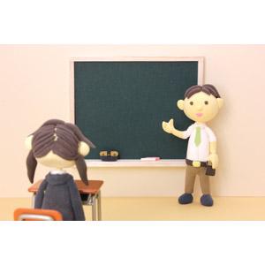 フリー写真, 人形, 男性, 職業, 仕事, 教師(先生), 教える, 黒板, 授業, 学校, 学習塾, 少女, 学生(生徒), 高校生, 勉強(学習)