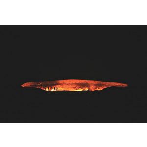 フリー写真, 風景, 穴, 火(炎), トルクメニスタンの風景, ダルヴァザ, 夜, 人と風景
