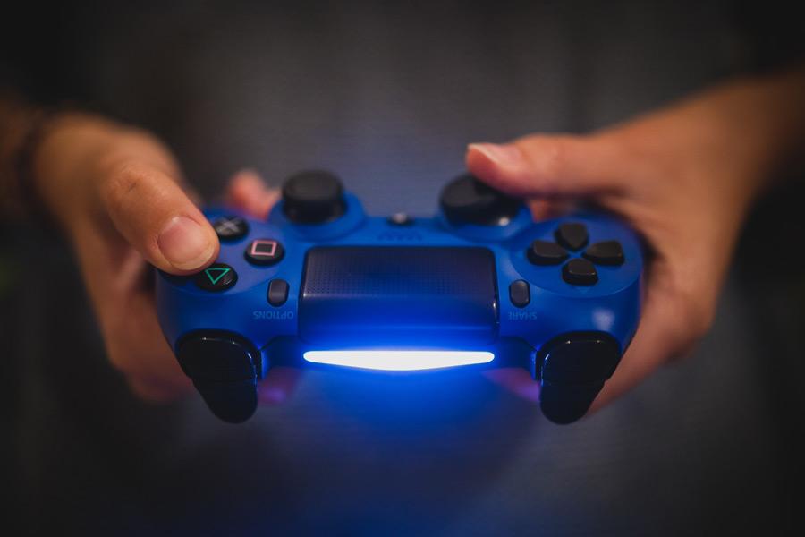 フリー写真 PS4で遊ぶ手