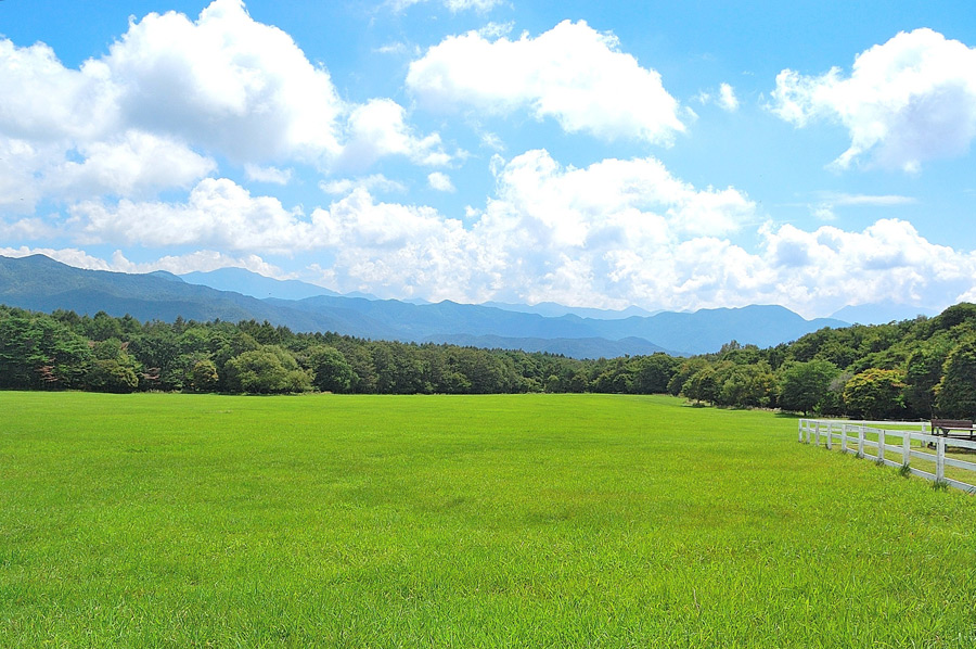 フリー写真] 草原の広がる牧場の風景でアハ体験 - GAHAG | 著作権フリー写真・イラスト素材集