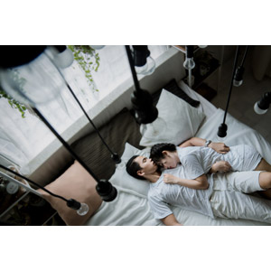 フリー写真, 人物, カップル, 恋人, 女性(00116), 男性(00117), ベトナム人, 寝る(寝顔), 二人, 仰向け, 腕枕(カップル), ベッド, 横たわる