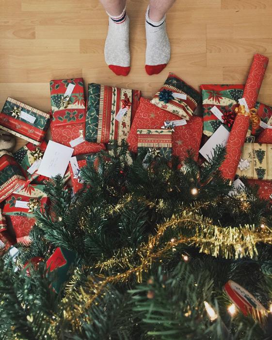 フリー写真 クリスマスツリーとクリスマスプレゼントと足