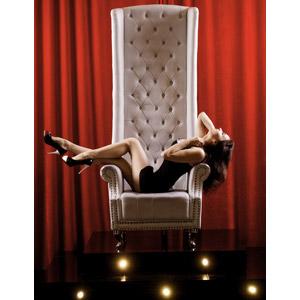 フリー写真, 人物, 女性, 外国人女性, ロシア人, 椅子(イス), 寝転ぶ, 舞台幕