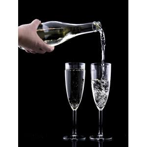 フリー写真, 飲み物(飲料), お酒, シャンパン, シャンパングラス, 黒背景, 人体, 手