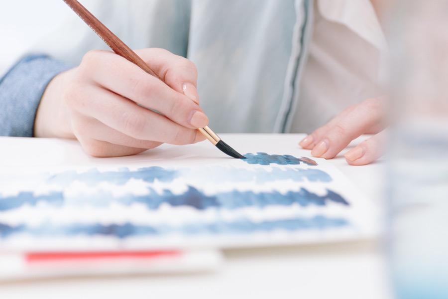 フリー写真 絵筆で色を塗る手