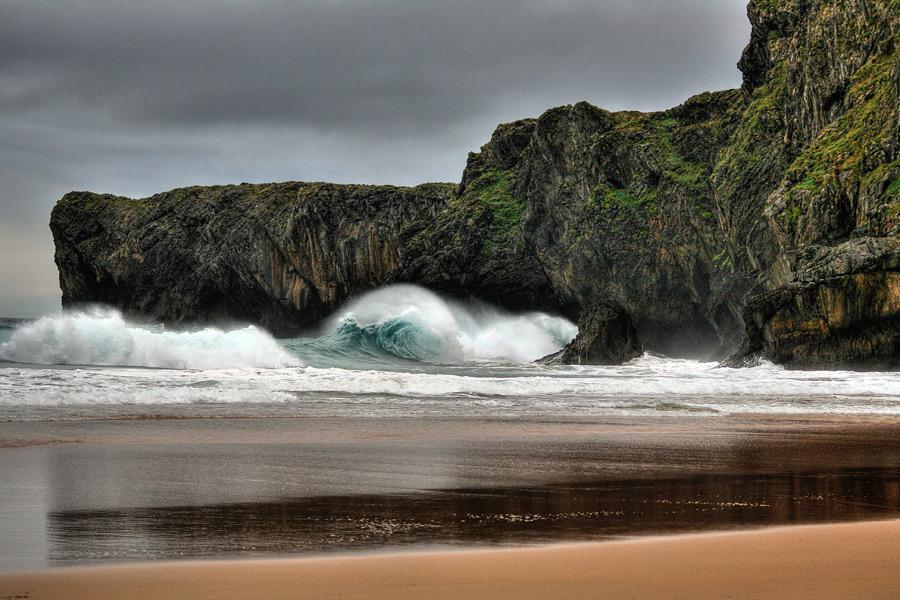 フリー写真 打ち寄せる荒波の風景