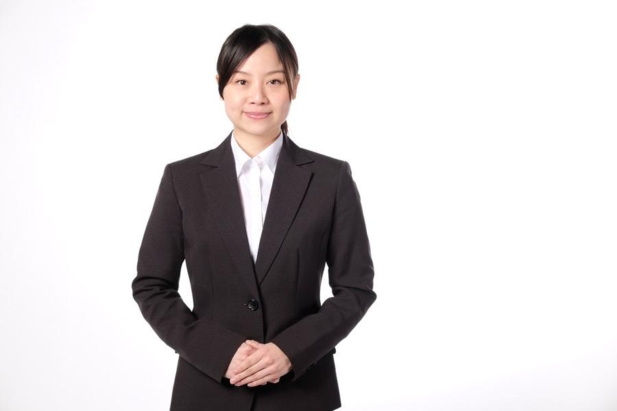 フリー写真 スーツ姿で手を組んでいる女性社員