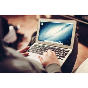 フリー写真, 人物, 足を組む, 家電機器, パソコン(PC), ノートパソコン, MacBook Air, アップル(Apple), 西ローマ帝国