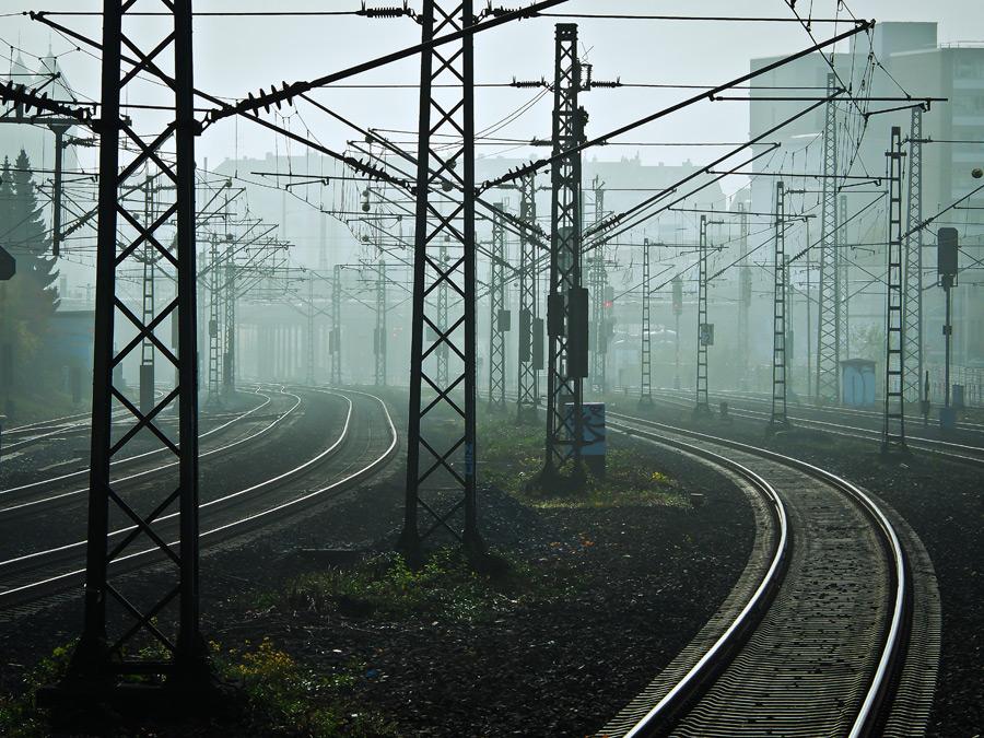 フリー写真 霧のかかる架線柱と線路の風景