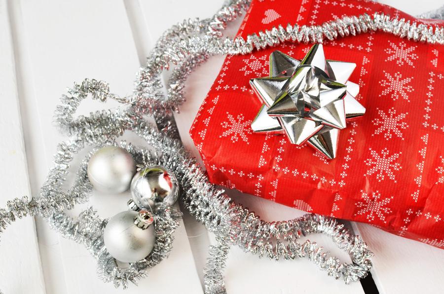 フリー写真 クリスマスプレゼントと飾り