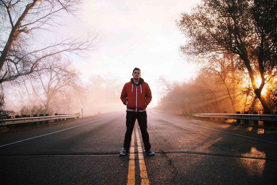 フリー写真 道路の真ん中に立つ外国人男性