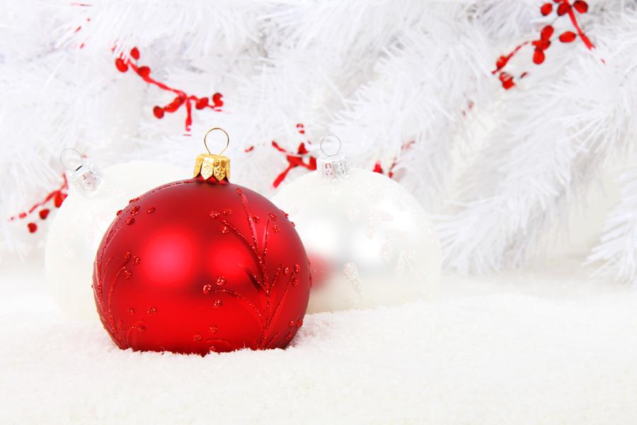 フリー写真 雪とクリスマスオーナメントボール