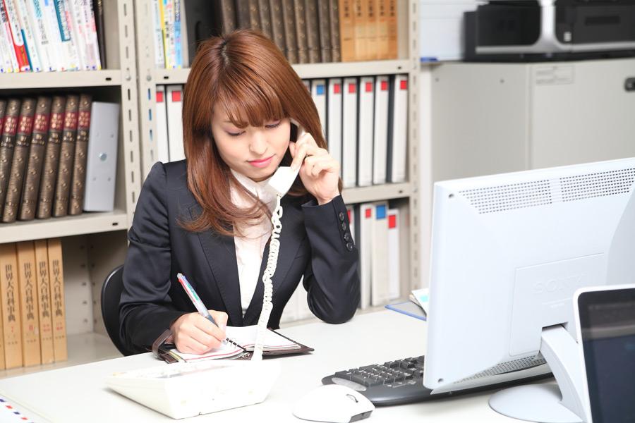フリー写真] 電話をしながらメモを取る女性社員でアハ体験 - GAHAG | 著作権フリー写真・イラスト素材集