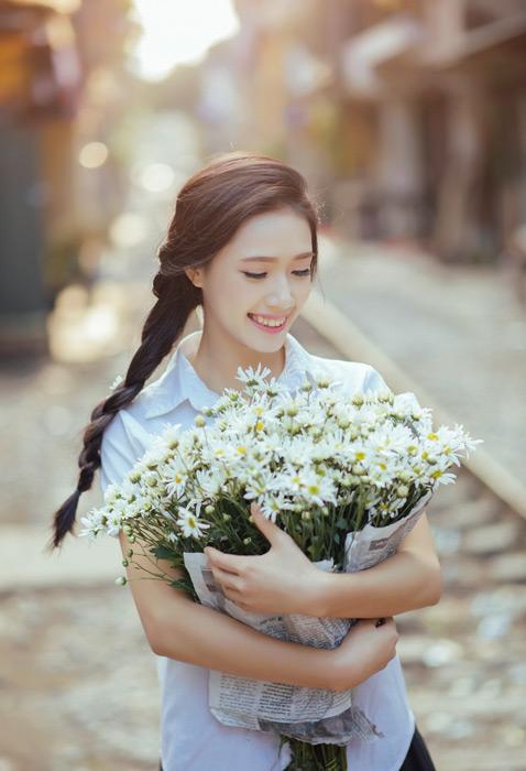 フリー写真 白い花束を抱える女子学生のポートレイト