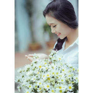 フリー写真, 人物, 少女, アジアの少女, 少女(00118), ベトナム人, 三つ編み, 人と花, 花束, 白色の花, 学生服, 学生(生徒)