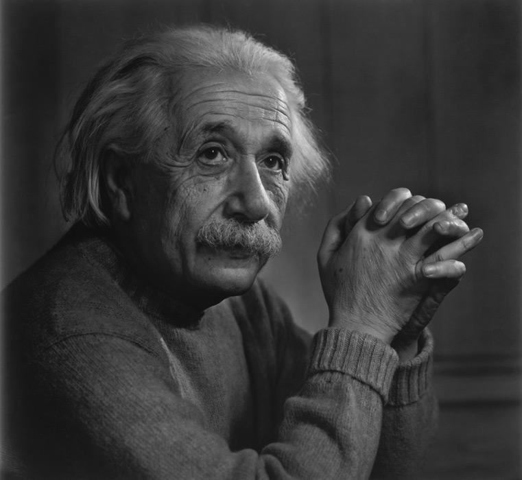 フリー写真 手を組んでいるアルベルト・アインシュタイン