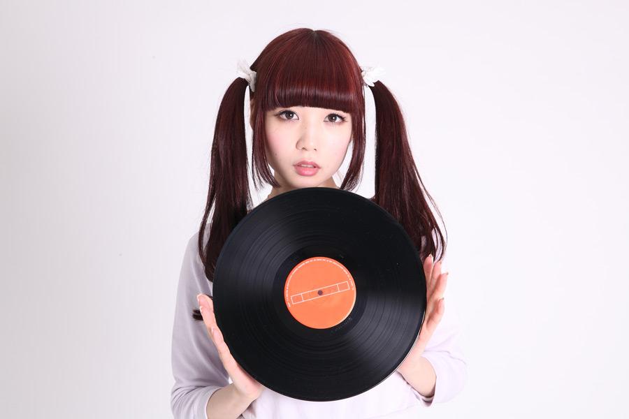 フリー写真 レコード盤を持つツインテールの女性