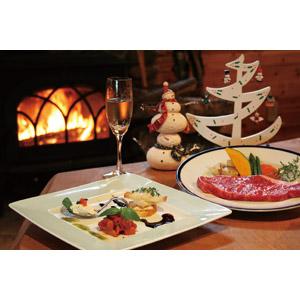 フリー写真, 年中行事, 年中行事, クリスマス, 12月, 冬, 暖炉, 食べ物(食料), 料理, 肉料理, ステーキ, 飲み物(飲料), お酒, シャンパン, シャンパングラス