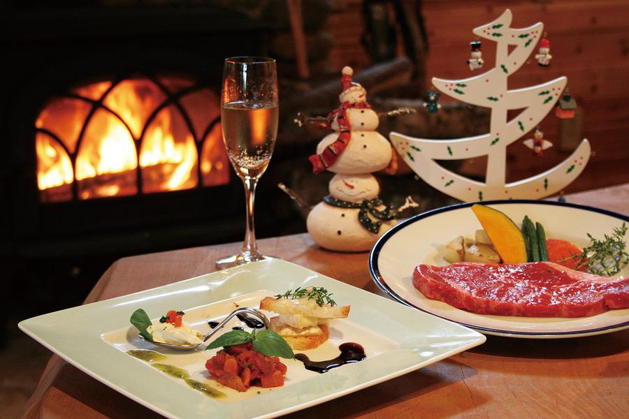 フリー写真 暖炉とクリスマスディナー
